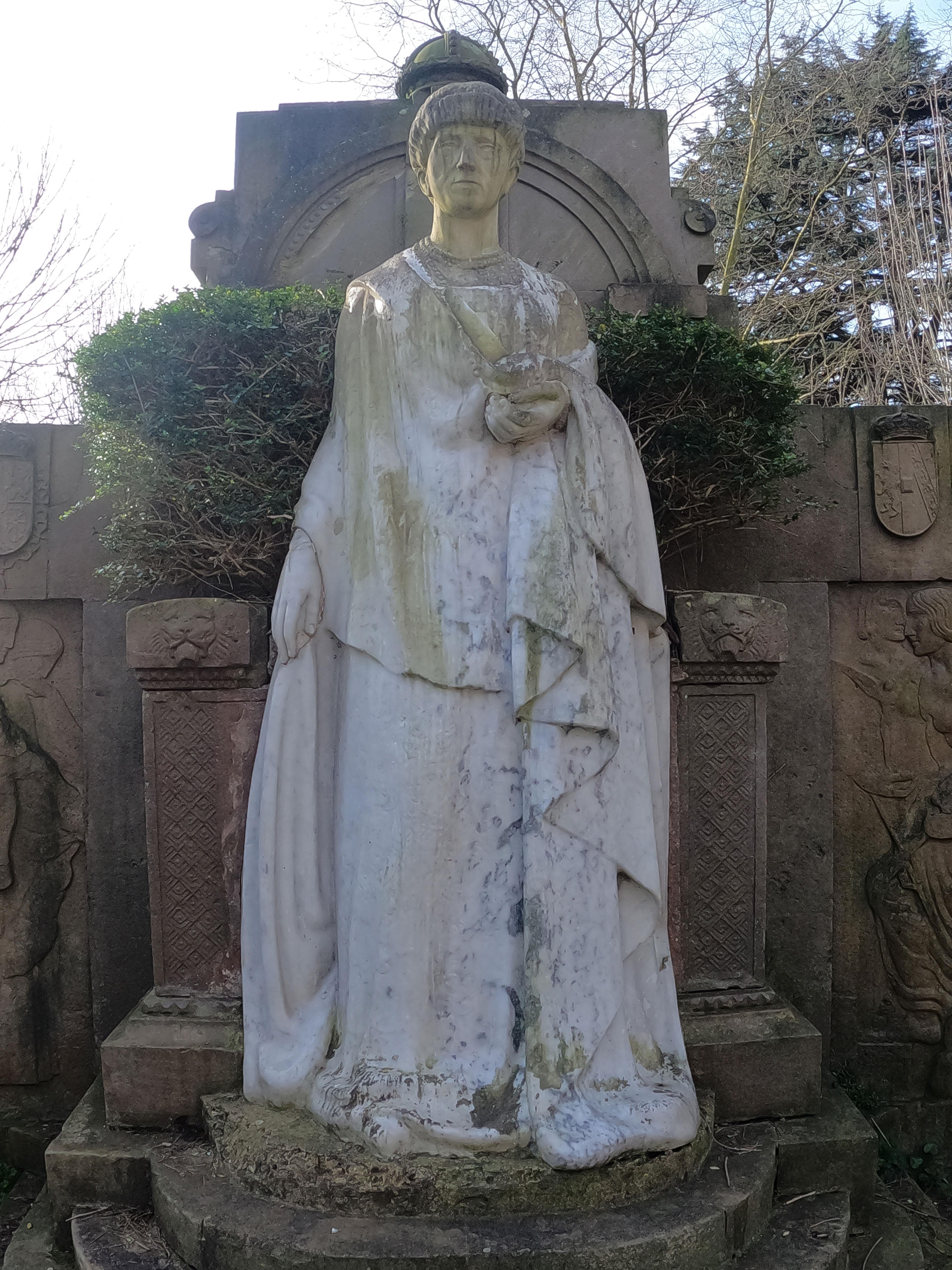 Escultura de José Díaz Bueno / Reina María Cristina