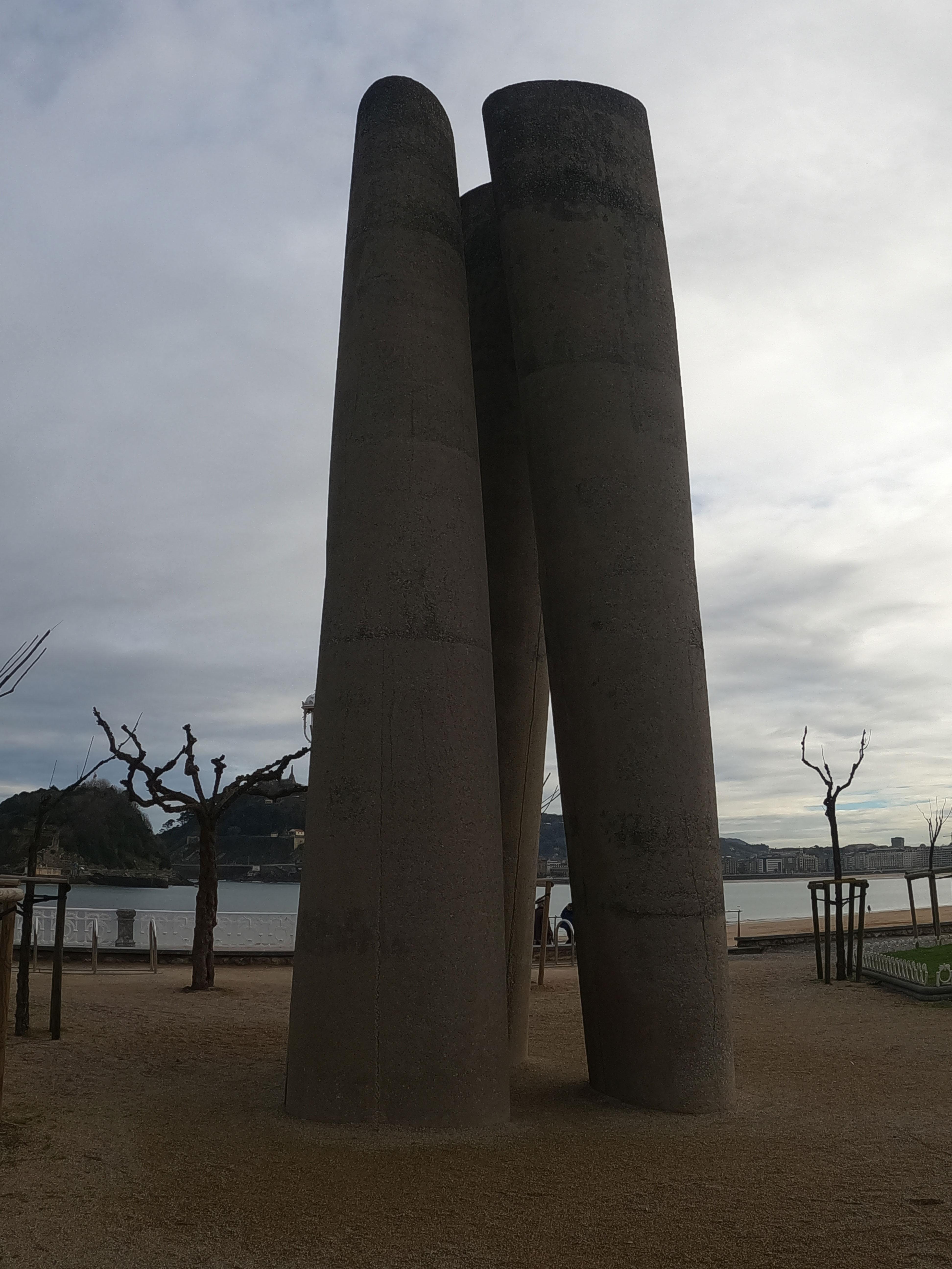 Escultura de José Ramón Anda Goikoetxea / A través