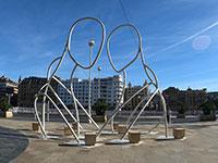 Escultura de Iñigo Aristegui / ABRAZO
