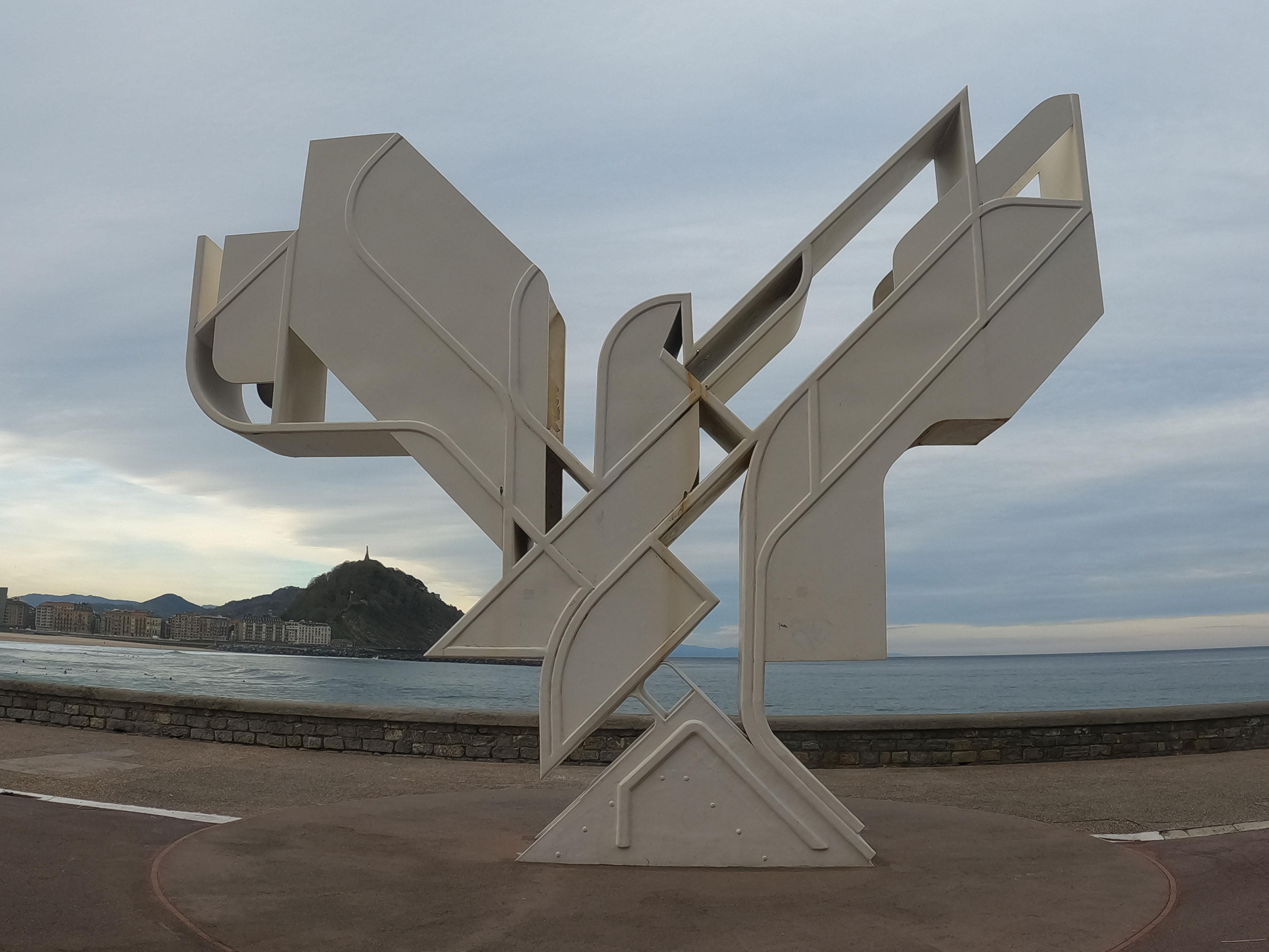 Escultura de Nestor Basterretxea Arzadun